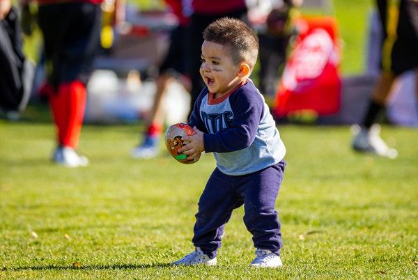 アメリカンフットボールをする子供