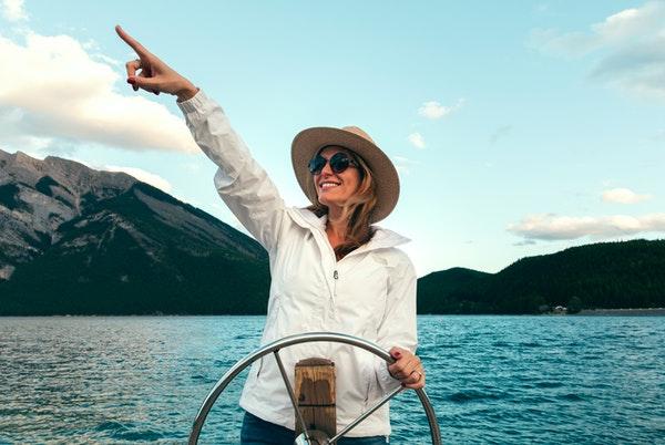 船を運転する女性