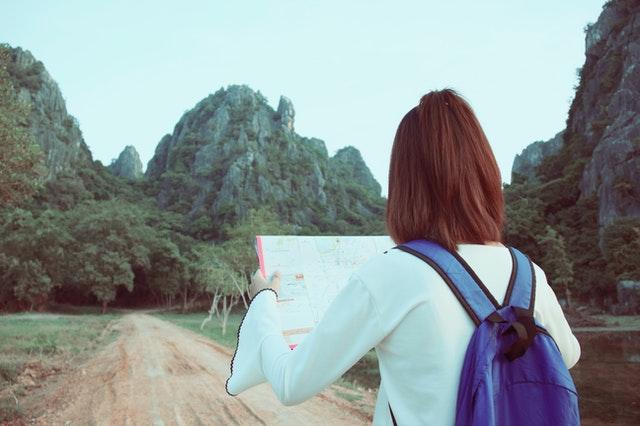 地図を手に山を目指す女性