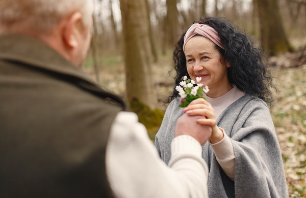 男性から花を受け取る女性