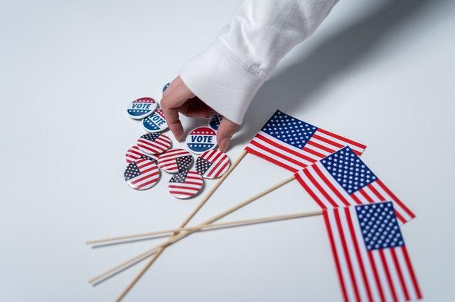 アメリカ国旗とバッチ