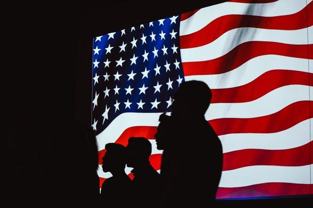 アメリカ国旗と人の影