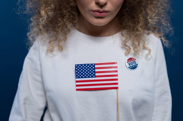 選挙のバッチを付けた女性