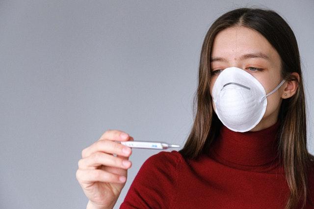 熱を測る女性