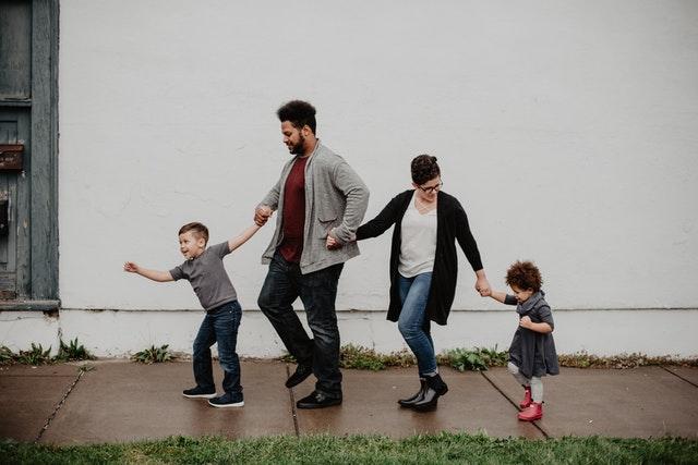 家族で手つないで歩く