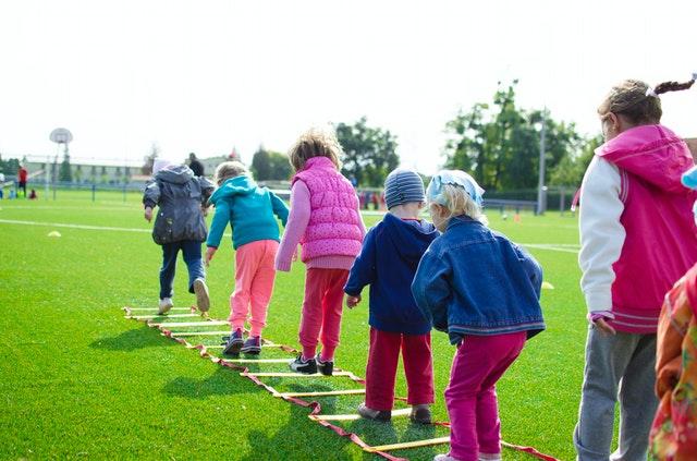 校庭で遊ぶ子供たち