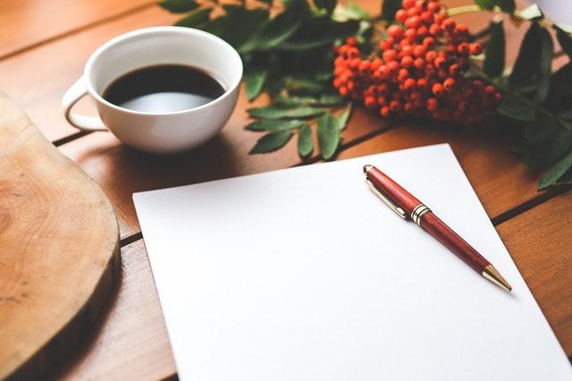 白紙の紙とペン