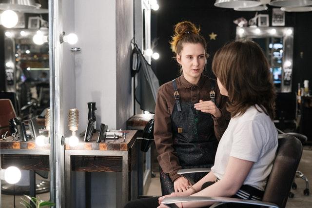 お客さんと話す美容師