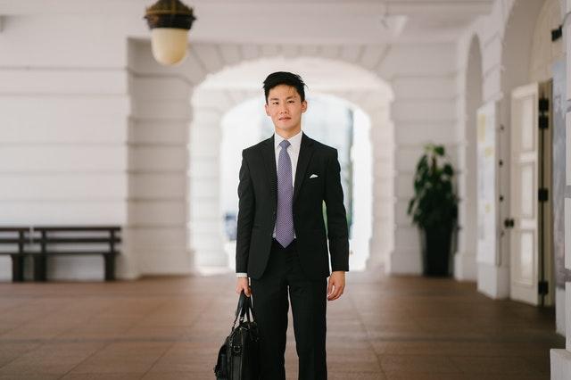 スーツを着て立つ男性