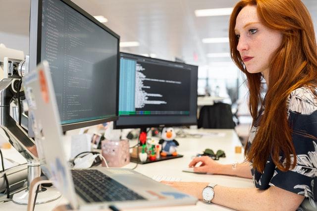 プログラミングをしている女性