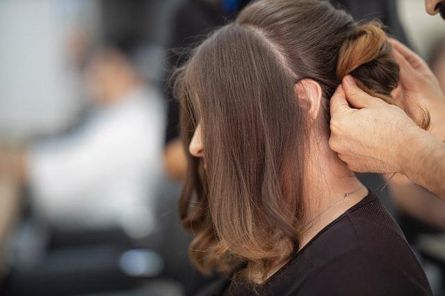 髪のセットをしてもらう女性