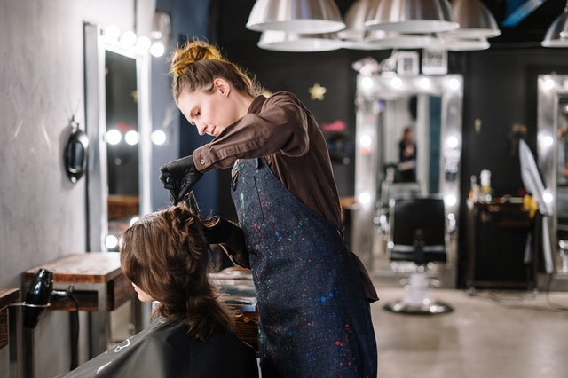 髪を切る練習をする女性